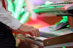 Mężczyzna bawić się klawiaturę przy przyjęciem Obraz Stock