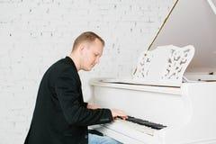 Mężczyzna bawić się na pianinie Obrazy Royalty Free