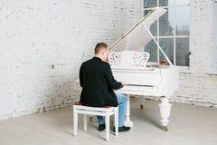 Mężczyzna bawić się na pianinie Zdjęcia Stock