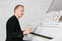 Mężczyzna bawić się na pianinie Fotografia Royalty Free