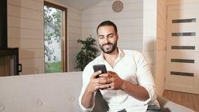 Mężczyzna bawić się na telefonie zbiory wideo