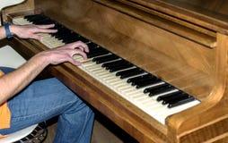 Mężczyzna bawić się pianino Obrazy Royalty Free