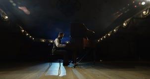 Mężczyzna bawić się pianino na scenie zdjęcie wideo