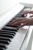 Mężczyzna bawić się pianino Pianino wpisuje zakończenie Fortepianowy bawić się Czarny i biały klucze pianino elektronicznego Zdjęcia Stock