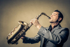 Mężczyzna bawić się saksofon Fotografia Royalty Free