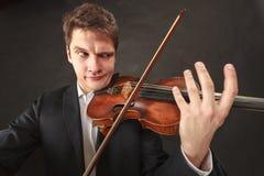 Mężczyzna bawić się skrzypce pokazuje emocje i wyrażenia obraz royalty free