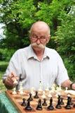 Mężczyzna bawić się szachy Zdjęcia Royalty Free