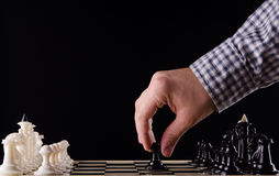 Mężczyzna bawić się szachy Fotografia Royalty Free