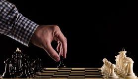 Mężczyzna bawić się szachy Obraz Royalty Free