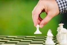 Mężczyzna bawić się szachy Fotografia Stock