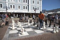 Mężczyzna bawić się szachy Zdjęcie Royalty Free