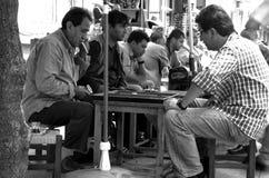 Mężczyzna bawić się tavla grę w ulicie, Istanbuł, Zdjęcia Stock