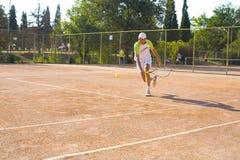 Mężczyzna bawić się tenisa Zdjęcia Royalty Free
