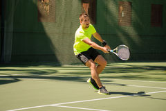 Mężczyzna bawić się tenisa w jaskrawym płótnie Zdjęcie Stock