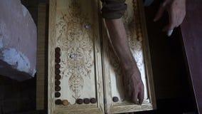 Mężczyzna bawić się trik-traka, drewniana deska, staczają się kostka do gry zbiory