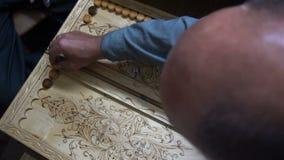 Mężczyzna bawić się trik-traka, drewniana deska, staczają się kostka do gry zdjęcie wideo