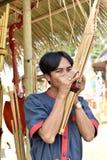 Mężczyzna bawić się trzcinowego usta organ w northeastern Tajlandia dzwoniącym Khan jakby Fotografia Stock