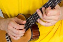 Mężczyzna bawić się ukulele Zdjęcia Stock
