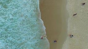 Mężczyzna bawić się z chłopiec w wodzie na Copacabana plaży Shevelev zbiory wideo
