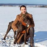 Mężczyzna bawić się z jego psem outdoors Fotografia Stock