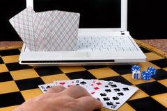 Mężczyzna bawić się z komputerem w grach planszowa Obraz Stock