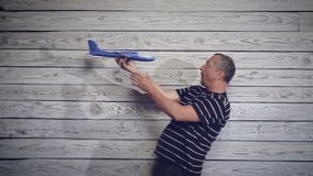 Mężczyzna bawić się z samolotem zbiory wideo
