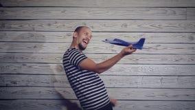 Mężczyzna bawić się z samolotem zbiory