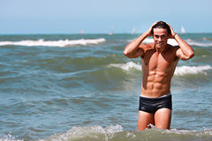 Mężczyzna bawić się z wodą morze Wodne kropelki w locie zdjęcie stock