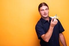 Mężczyzna bawić się z zabawkarskim samolotem zdjęcia stock