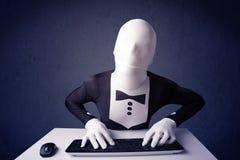 Mężczyzna bez tożsamości pracuje z klawiaturą na błękitnym tle Obraz Royalty Free