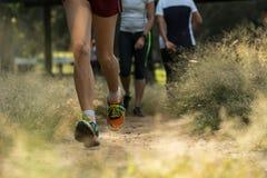 Mężczyzna bieg na brud ścieżce zdjęcie royalty free