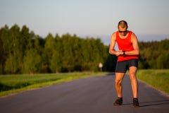 Mężczyzna bieg na wiejskiej drodze i szkoleniu Obraz Royalty Free