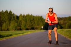 Mężczyzna bieg na wiejskiej drogi szkoleniu Zdjęcia Royalty Free