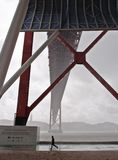 Mężczyzna bieg past 25th Kwietnia most, Lisbon Zdjęcie Stock