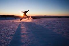 Mężczyzna bieg przez śniegu w zima krajobrazie obrazy stock