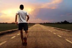 Mężczyzna bieg przy zmierzchem Zdjęcia Royalty Free