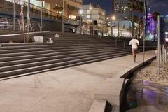 Mężczyzna bieg wzdłuż plaży przy nocą - Tel Aviv, Izrael Zdjęcia Royalty Free