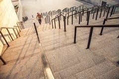 Mężczyzna biega na piętrze w mieście Obraz Stock
