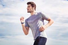 Mężczyzna biega outdoors zdjęcia royalty free