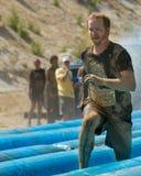 Mężczyzna biega pełną plandekę naprzód zdjęcia stock