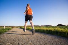 Mężczyzna biega plenerowy biec sprintem dla sukcesu Męska sprawność fizyczna biegacza sporta atleta w sprincie przy wielką prędko Obraz Royalty Free