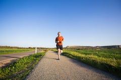 Mężczyzna biega plenerowy biec sprintem dla sukcesu Męska sprawność fizyczna biegacza sporta atleta w sprincie przy wielką prędko Zdjęcie Royalty Free