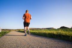 Mężczyzna biega plenerowy biec sprintem dla sukcesu Męska sprawność fizyczna biegacza sporta atleta w sprincie przy wielką prędko fotografia stock