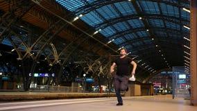 Mężczyzna biega pociąg który już odjeżdżać od stacji musi zbiory