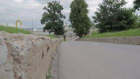 Mężczyzna biega wokoło w parku zdjęcie wideo