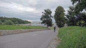 Mężczyzna biega wokoło w parku zbiory wideo