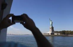 Mężczyzna bierze fotografię na jego telefonie komórkowym Zdjęcia Stock
