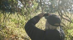 Mężczyzna bierze fotografie jesienna scena Fotografia Stock
