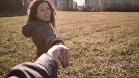 Mężczyzna bierze jego uśmiechniętego i szczęśliwy dziewczyna jest ręką zdjęcie wideo
