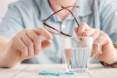 Mężczyzna bierze leki Leki na ręce Fotografia Stock
